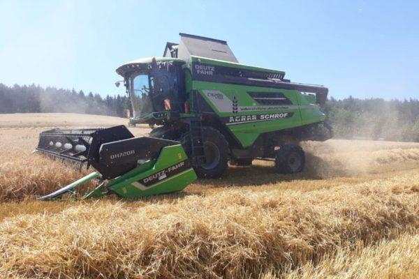 Landwirtschaftliches Lohnunternhemen Ernte von Mais, Getreide und Soja